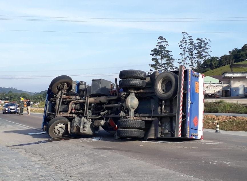 Caminhão-tanque tombado
