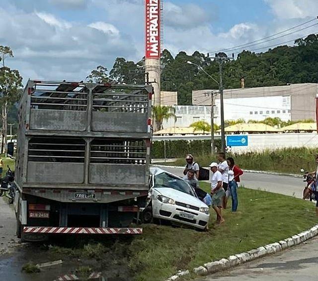 Caminhão e Carro BR-282