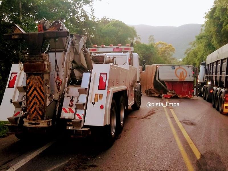 Caminhão tombou BR-282