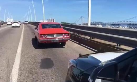 Carro vermelho Ponte